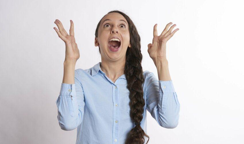 Frau freut sich über Lottogewinn